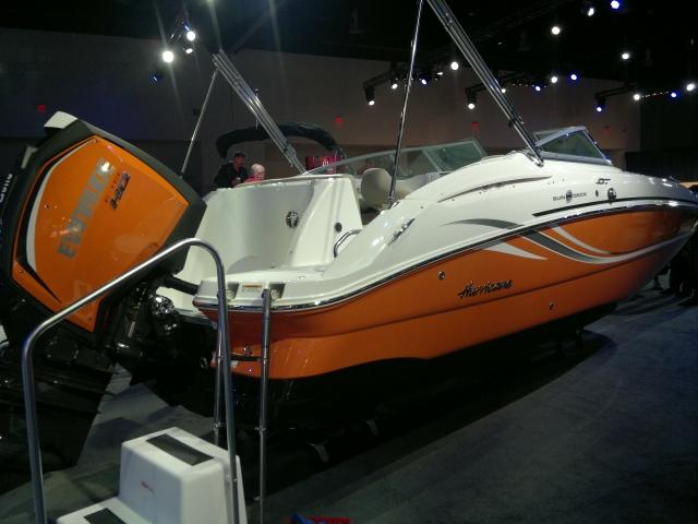 Оранжевый мотор и катер